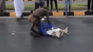 فيديو: مشهد مؤثر لرجل أمن سعودي.. بدأ بإبعاد حمامة وانتهى بإنقاذ طفلة