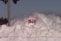 قطار يشق طريقه عبر الثلوج بمشهد يخطف الأنفاس