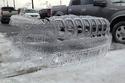 سيارات متجمدة تترك لوحات فنية بعد انتهاء العاصفة الثلجية