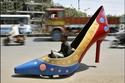 سيارة على شكل حذاء نسائي في مدينة حيدر أباد الهندية