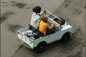 طفلان يقودان سيارتهما الكهربائية المستنسخة عن سيارة لاند روفر