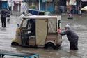 """عربة """"ريكشاو"""" التي تستخدم بكثرة في البلدان الآسيوية، مثل الهند والباكستان، تعد إحدى وسائل المواصلات الخطرة، لانعدام أنظمة الأمان فيها. وفي الهند مثلا يموت سنويا نحو 125 ألف شخص في حوادث السير، 4 بالمائة منهم يموتون بحوادث مع عربة """"ريكشاو""""."""
