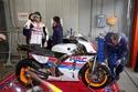 صور فيرناندو الونسو يقود سيارة أيرتون سينا و دراجة MotoGP