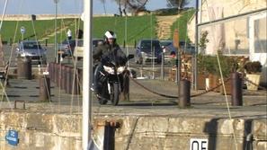 بالفيديو: سائق دراجة نارية يتعرض لحادث غريب و مضحك