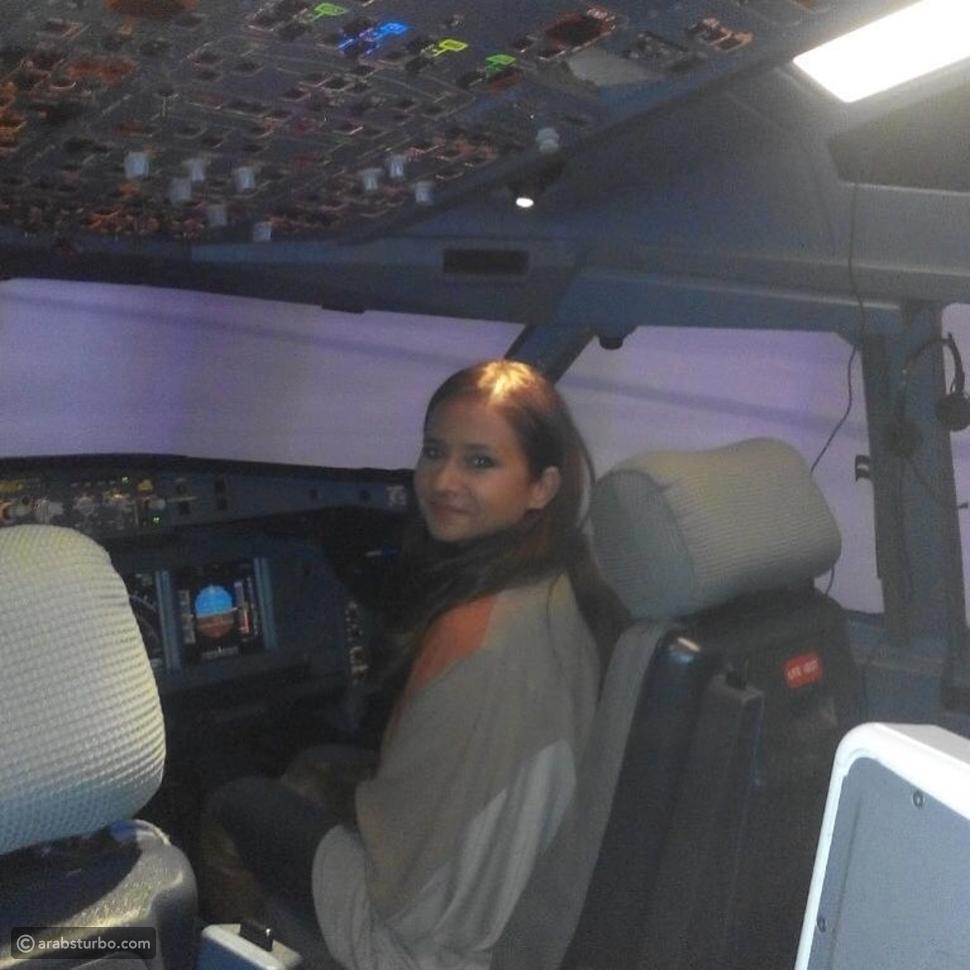 صورة نيللي كريم خلف عجلة قيادة طائرة، فهل تستطيع قيادتها؟
